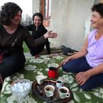 Rada, Nermina e Zhenya prendono il caffé